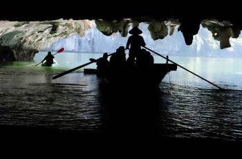 Chèo thuyền năn thăm quan hang động